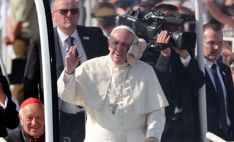Al Papa Francisco le lanzaron una gorra