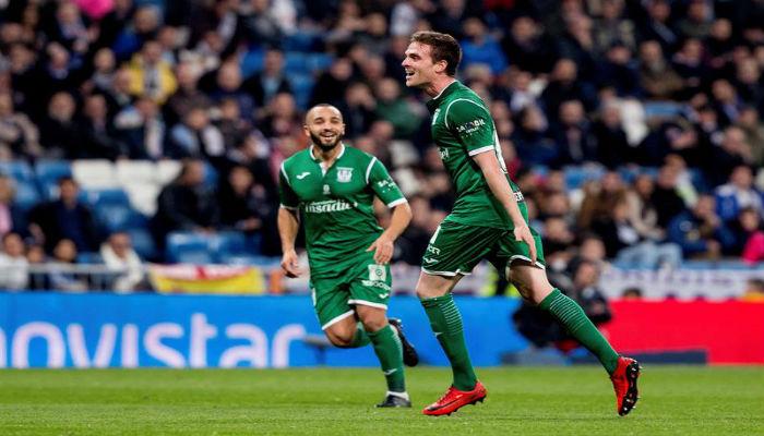 El centrocampista del Leganés Javier Eraso (c), festeja su gol contra el Real Madrid