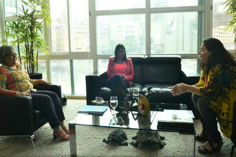 Delcy Rodríguez y Tania D'Amelio con Tibisay Lucena