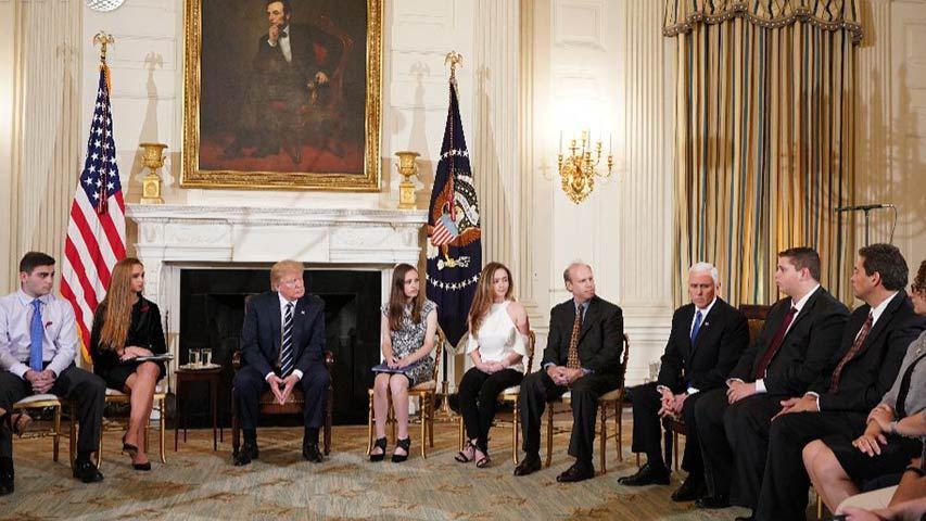 Trump recibe a estudiantes sobrevivientes de tiroteo en Florida 2
