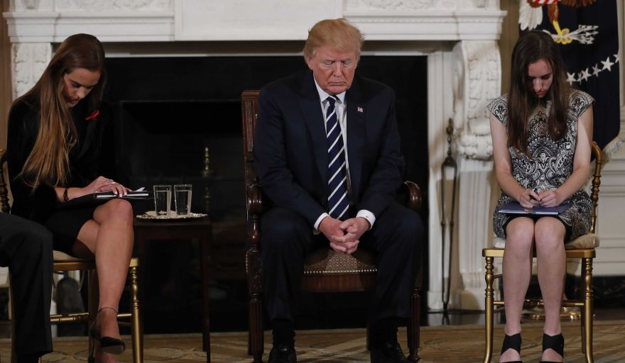 Trump recibe a estudiantes sobrevivientes de tiroteo en Florida