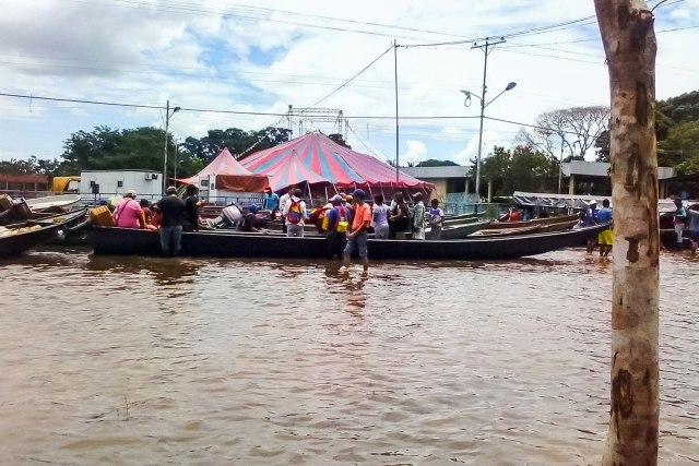 """CAR001. PUERTO PAEZ (VENEZUELA), 11/08/2018 - Vista de calles inundadas hoy, sábado 11 de agosto de 2018, en la localidad de Puerto Paez, fronteriza con Colombia, en el estado de Apure (Venezuela). El Gobierno de Venezuela informó el jueves pasado que está """"atento"""" a la situación de lluvias que ha ocasionado el desbordamiento de ríos, entre ellos el Orinoco, el más extenso de Venezuela, y que ha afectado a siete estados y a miles de personas, especialmente en el sur y en el este del país. EFE/Eduardo Galindo"""