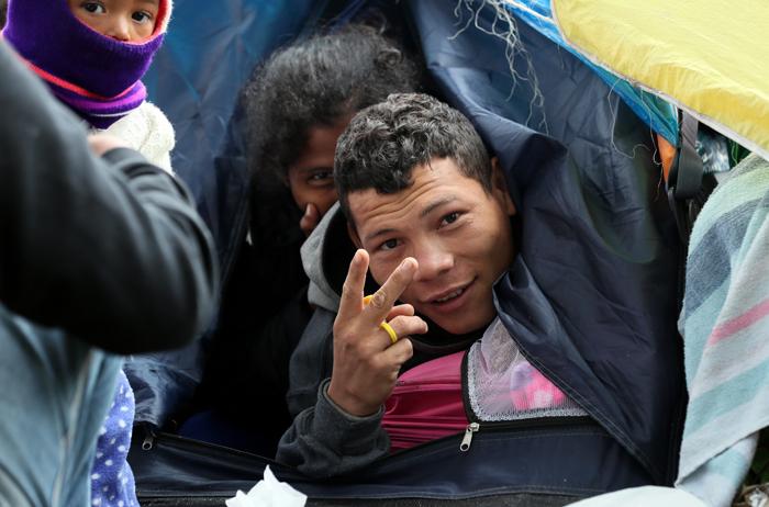 ACOMPAÑA CRÓNICA: COLOMBIA VENEZUELA ÉXODO. BOG205. BOGOTÁ (COLOMBIA), 07/09/2018.- Fotografía del 6 de septiembre de 2018 que muestra a ciudadanos venezolanos en Bogotá (Colombia). La terminal de autobuses de Bogotá es un huracán de viajeros y vehículos, pasajeros que se despiden entre sonrisas y lágrimas con esperanzas e ilusiones; sueños como el de más de un centenar de venezolanos que acampan en un parque cerca a la estación mientras esperan un futuro mejor. EFE/Mauricio Dueñas Castañeda
