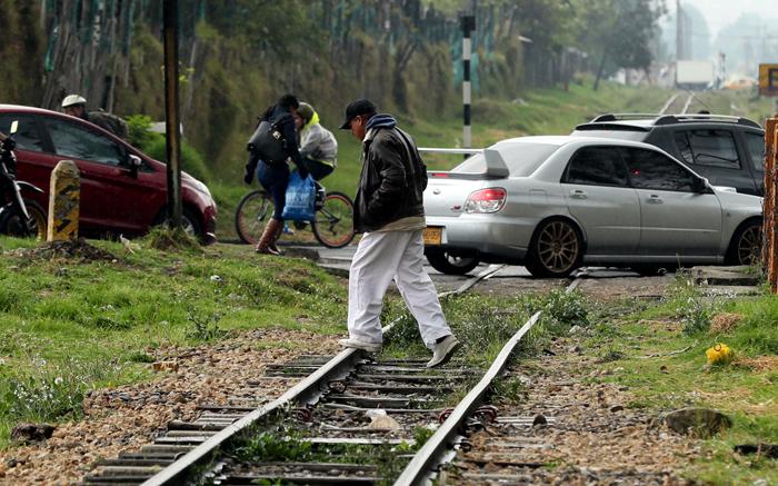 ACOMPAÑA CRÓNICA: COLOMBIA VENEZUELA ÉXODO. BOG204. BOGOTÁ (COLOMBIA), 07/09/2018.- Fotografía del 6 de septiembre de 2018 que muestra a un ciudadano venezolano mientras una vía férrea en Bogotá (Colombia). La terminal de autobuses de Bogotá es un huracán de viajeros y vehículos, pasajeros que se despiden entre sonrisas y lágrimas con esperanzas e ilusiones; sueños como el de más de un centenar de venezolanos que acampan en un parque cerca a la estación mientras esperan un futuro mejor. EFE/Mauricio Dueñas Castañeda