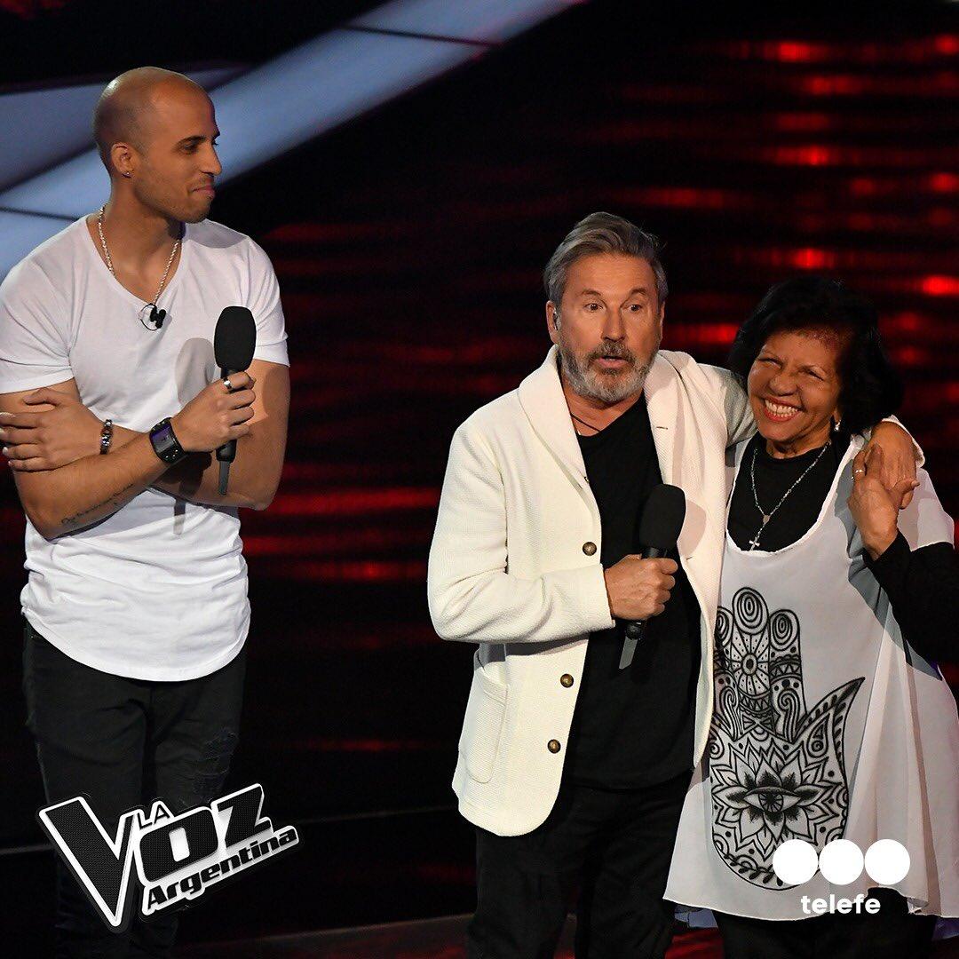 Montaner con su maestra y el concursante de La Voz Argentina