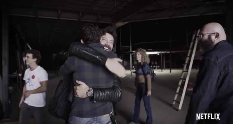 Se abrazan en estudios Casa de Papel
