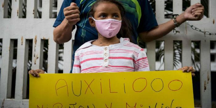 Una niña y su padre se encadena en el JM de los Rios - niños - hospital - salud