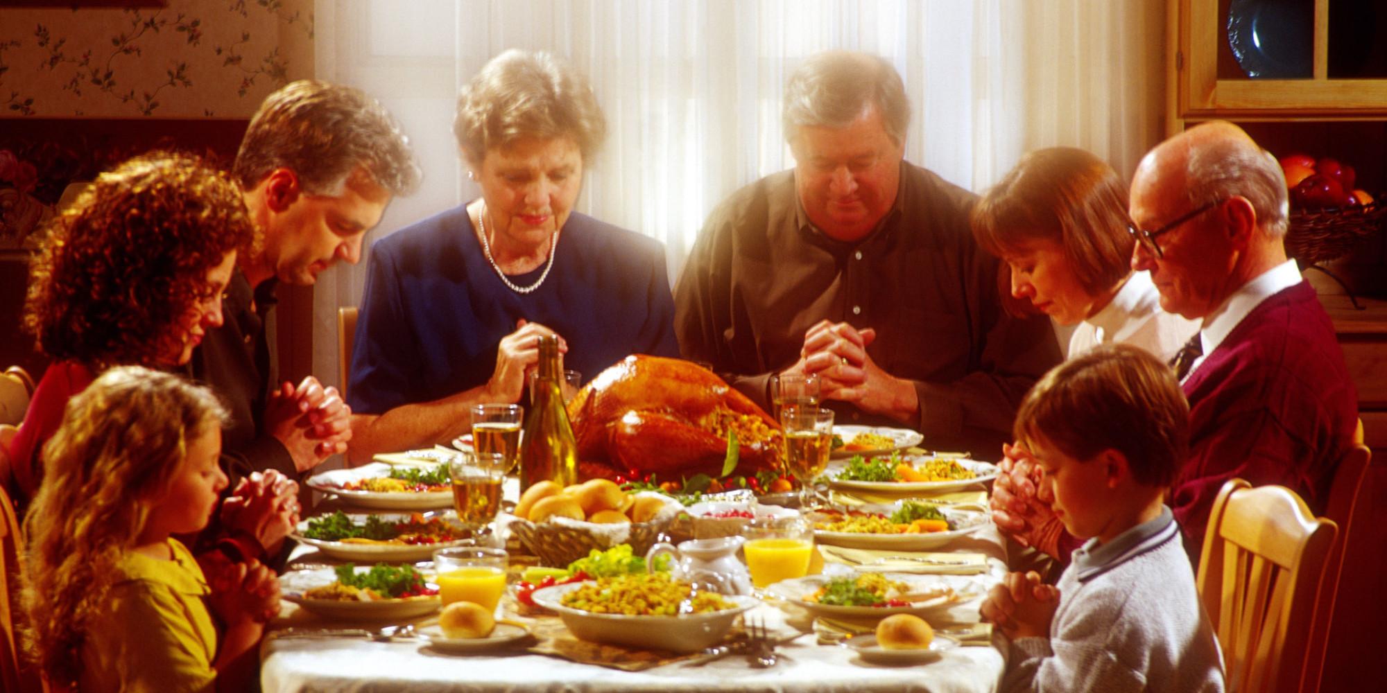 Día de acción de gracias en EEUU - mesa con comida - familia y oración