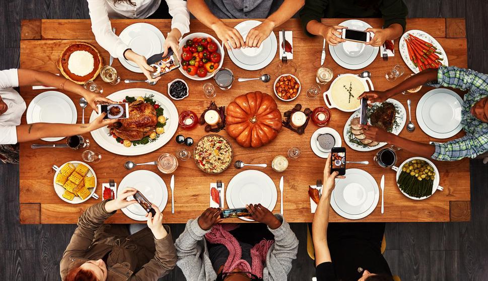Día de acción de gracias en Estados Unidos - mesa con comida - familia y amigos