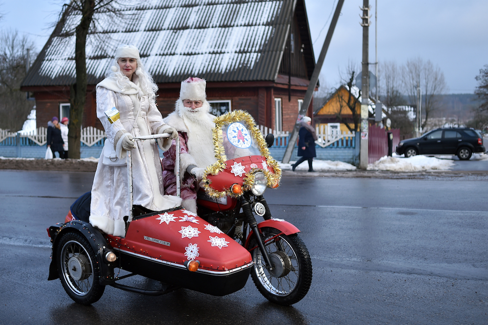 People dressed as Father Frost and Snow Maiden take part in the New Year's car parade in the town of Vileyka about 100 km northwest from Minsk on December 29, 2018. (Photo by Sergei GAPON / AFP)
