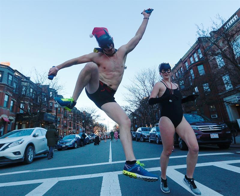 Doscientos Santa Claus en bañador participan en la Speedo Run de Boston. Foto: EFE