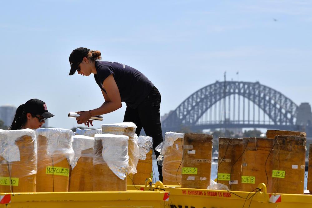 SY01. SYDNEY (AUSTRAÑIA), 28/12/2018.- Técnicos expertos desempacan fuegos artificiales durante un evento mediático sobre los preparativos para las celebraciones de Año Nuevo NYE (Sydney New Year's Eve 2018–19 ) en la Isla Glebe en Sydney, Australia, el 28 de diciembre de 2018. EFE/Joel Carrett PROHIBIDO SU USO EN AUSTRALIA Y NUEVA ZELANDA