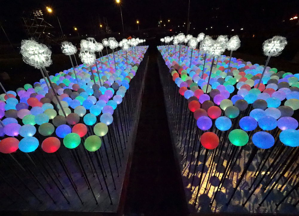 TWN01. Taipei (Taiwan), 29/12/2018.- An art installation with 2019 illuminated balloons is set up in front of the Presidential Office Building in Taipei, Taiwan, 29 December 2018, to welcome the New Year. EFE/EPA/DAVID CHANG