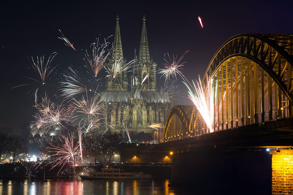 MJH. Cologne (Germany), 01/01/2016.- (FILE) - Fireworks fill the sky over the Cologne cathedral, the river Rhine and the old city of Cologne, Germany, 01 January 2016 (reissued 29 December 2018). The German Federal Environment Agency has called for the abandonment of private New Year's Eve fireworks due to the high level of fine dust pollution. (Incendio, Alemania, Colonia) EFE/EPA/MAJA HITIJ GERMANY OUT