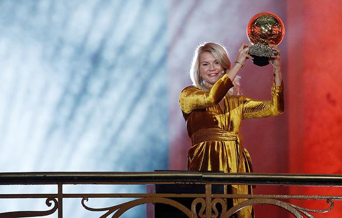 -FOTODELDIA- EPA998. PARIS (FRANCE), 03/12/2018.- Ada Hegerberg del Olympique Lyonnais sostiene su trofeo Balón de oro, en la ceremonia de entrega de premios para los mejores futbolistas europeos del año, en París, Francia, el 3 de diciembre de 2018. EFE / YOAN VALAT