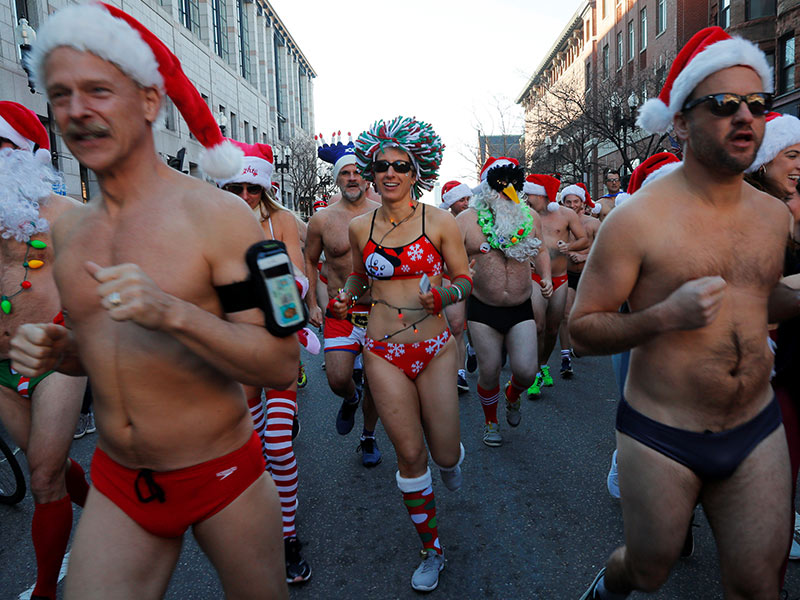 Doscientos Santa Claus en bañador participan en la Speedo Run de Boston