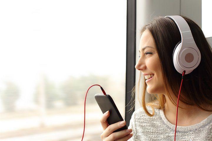 Escuchar música - mujer