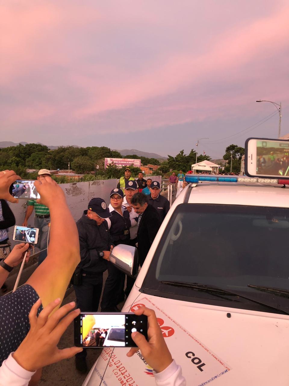 Carlos Manuel Pino García cruzando la frontera Colombia y Venezuela